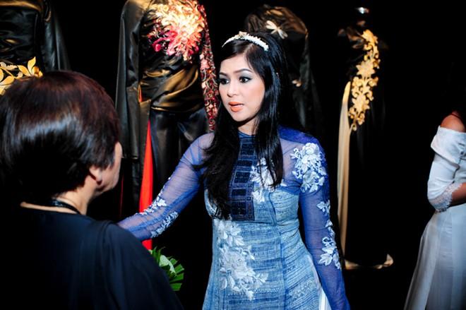 Em chồng xinh đẹp của Hà Tăng theo bố mẹ đi tiệc 6
