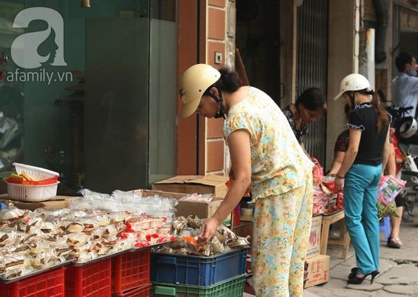 Bánh Trung hạ giá 2.000 đồng/chiếc, mua 10 tặng 1 2