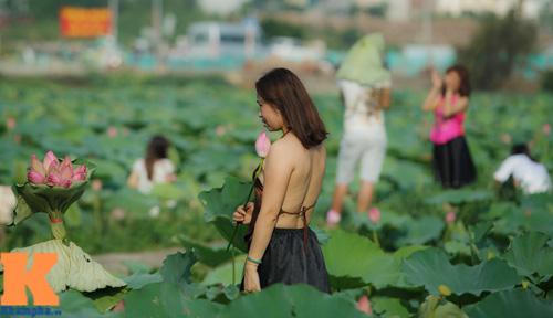 Hà Nội: Lên bà ngoại vẫn mặc yếm chụp ảnh sen 16