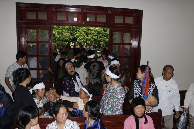 """Quang cảnh đầy nước mắt phiên tòa xử vụ """"quan tài diễu phố"""" 1"""