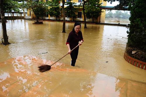 Xót xa trường lớp ngập tràn bùn đất sau lũ lớn 4