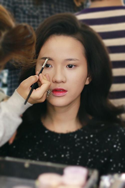 Make up che mụn với lớp nền mỏng mịn 4