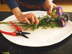 Cắm hoa xen quả đơn giản, đẹp mắt 8