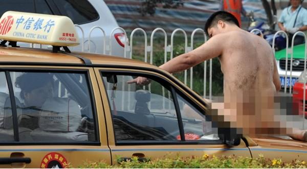 Những màn khỏa thân trên đường gây chú ý 7
