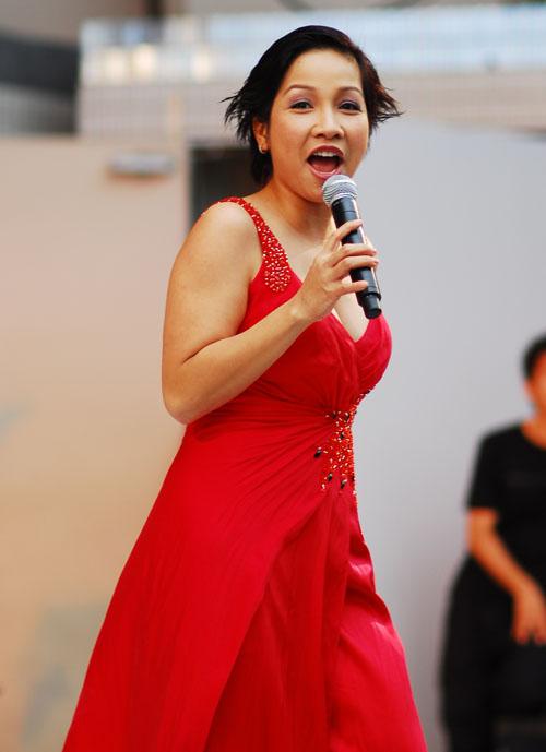 Diva Việt quyến rũ khi diện váy gam đỏ 1
