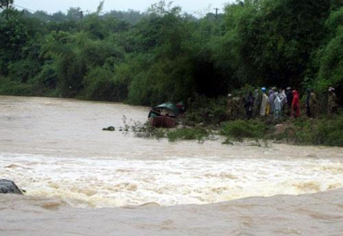 350 người tìm kiếm 5 nạn nhân bị lũ cuốn trong biển nước 2