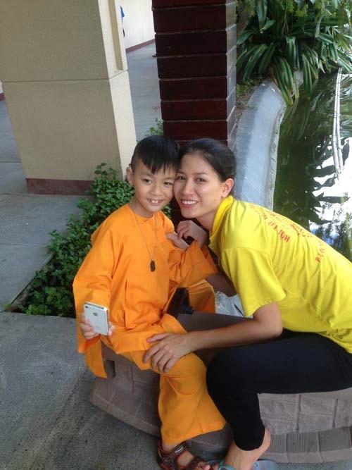 Nhận con nuôi, sao Việt độc thân lên chức bố, chức mẹ 12