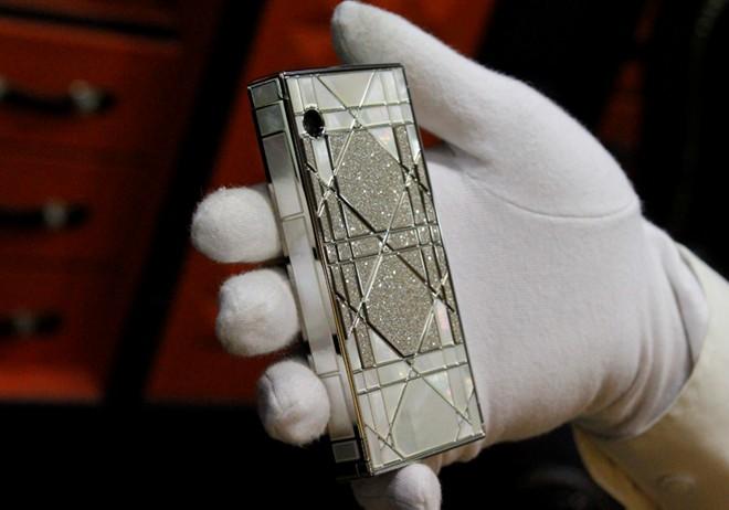 Cận cảnh điện thoại dát kim cương giá hơn 3 tỷ đồng tại Hà Nội 9