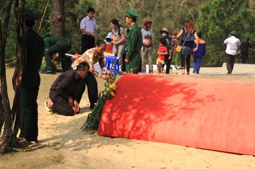 Dân Quảng Bình về thắp hương trên mộ tướng Giáp 7
