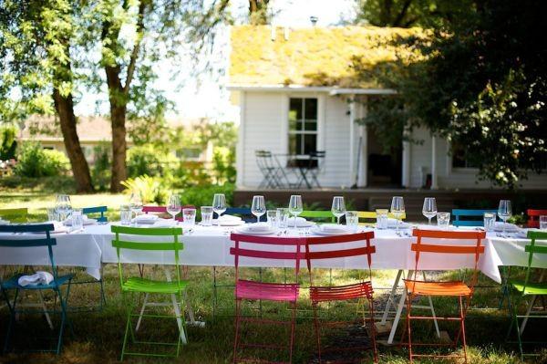 Nhà nổi bật nhờ những chiếc ghế màu sắc... cọc cạch 9