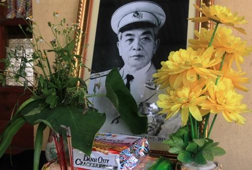 Dân Quảng Bình về thắp hương trên mộ tướng Giáp 10