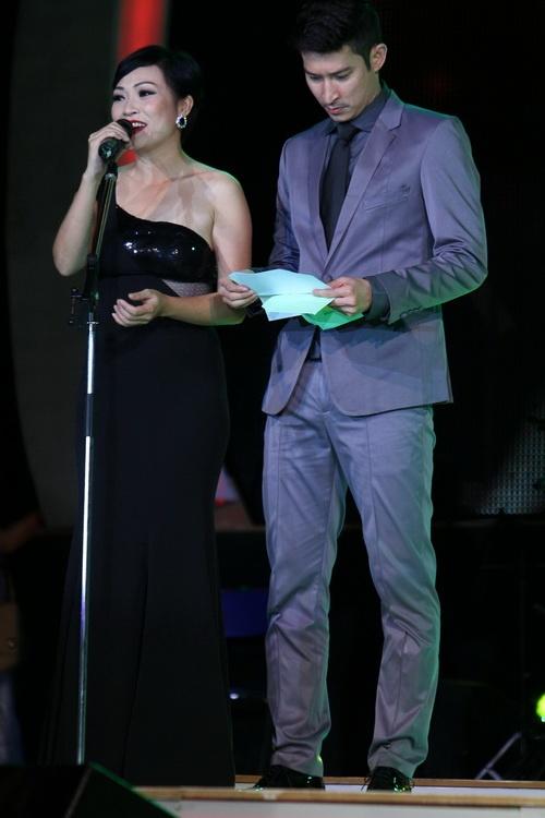 Cao Thái Sơn khiến khán giả 'nổi da gà' khi chụm đầu ôm eo 'bạn trai' trên sân khấu 9