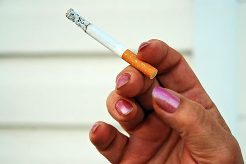 Ly dị vợ vì một điếu thuốc lá 1