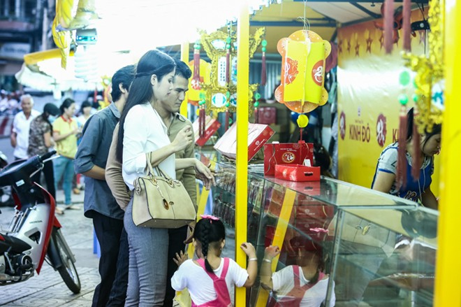 Con gái Phan Thanh Bình tinh nghịch khi được bố mẹ đưa đi mua sắm 13