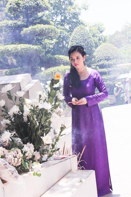 Lý Nhã Kỳ rưng rưng trước mộ các nữ chiến sĩ Ngã ba Đồng Lộc 11