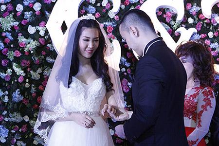 Cô dâu Thuỳ Trang lấp ló ngực đầy 3