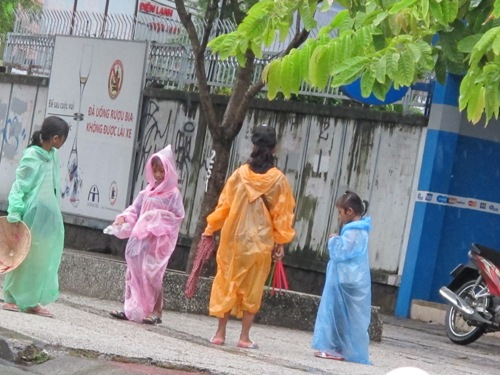 Hai thiếu nữ 18 tuổi chăn dắt trẻ em ăn xin 2