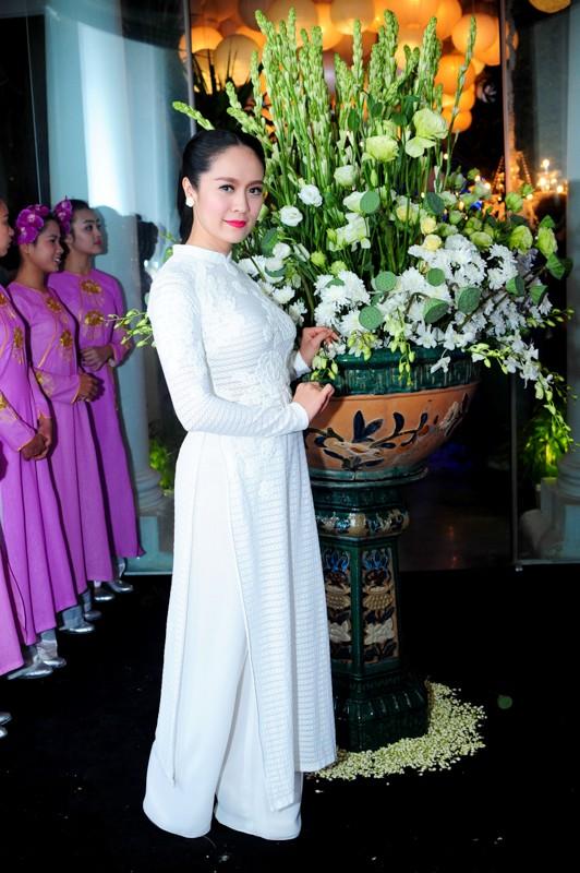 Em chồng xinh đẹp của Hà Tăng theo bố mẹ đi tiệc 10