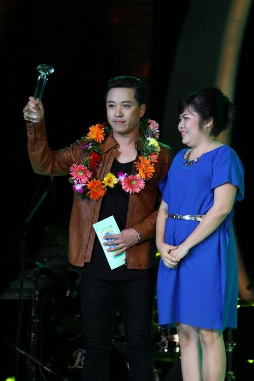 Cao Thái Sơn khiến khán giả 'nổi da gà' khi chụm đầu ôm eo 'bạn trai' trên sân khấu 16