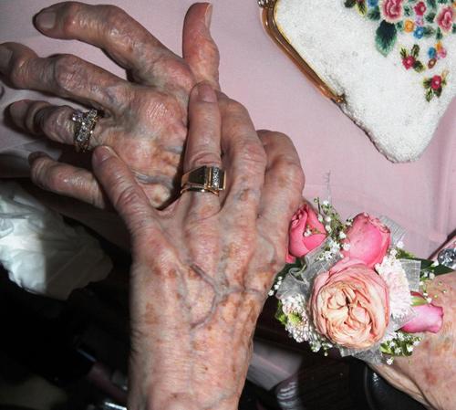 Cảm động đám cưới của 2 cụ bà 90 tuổi sau... 72 năm yêu nhau 2
