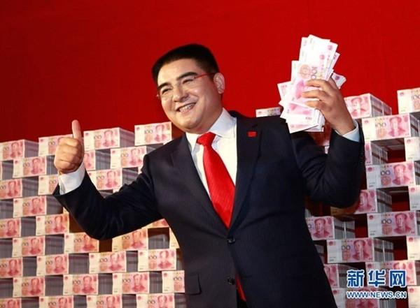 """Đại gia Trung Quốc gây sốc khi ngồi giữa """"núi"""" tiền 6"""