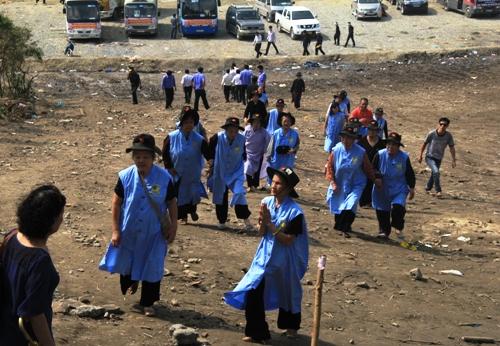 Dân Quảng Bình về thắp hương trên mộ tướng Giáp 3