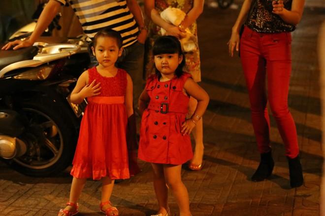 Phan Thanh Bình đưa vợ đẹp, con xinh đi chơi khuya 3