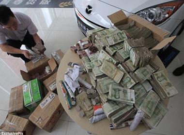 Mua ô tô 600 triệu trả bằng 10 thùng carton… tiền lẻ 1