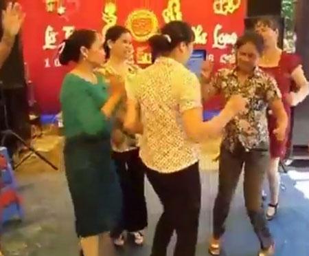 Gần chục chị em U50 nhảy nhạc sàn bốc lửa trong đám cưới quê 3