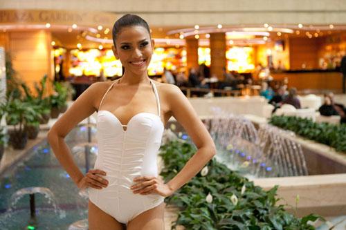 Trương Thị May ấn tượng khi chụp hình với áo tắm 1