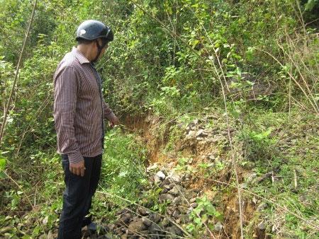 Dân hoang mang vì ngọn núi xuất hiện nhiều vết nứt lớn 1