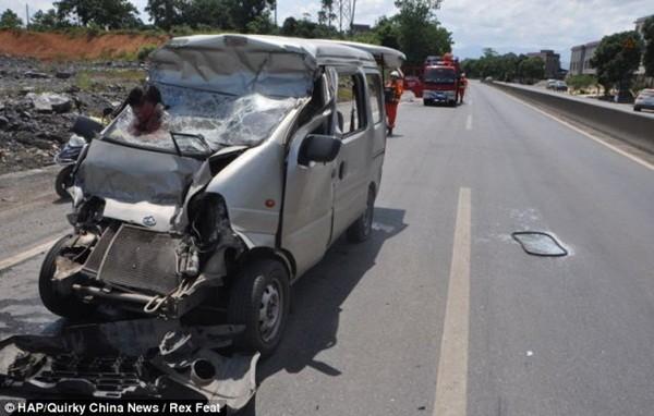 Khoảnh khắc kinh hoàng người phụ nữ cắm đầu vào kính chắn ô tô 1