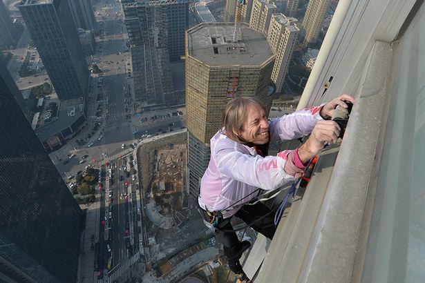 """""""Người nhện"""" tay không leo lên toà nhà cao 288 mét 1"""