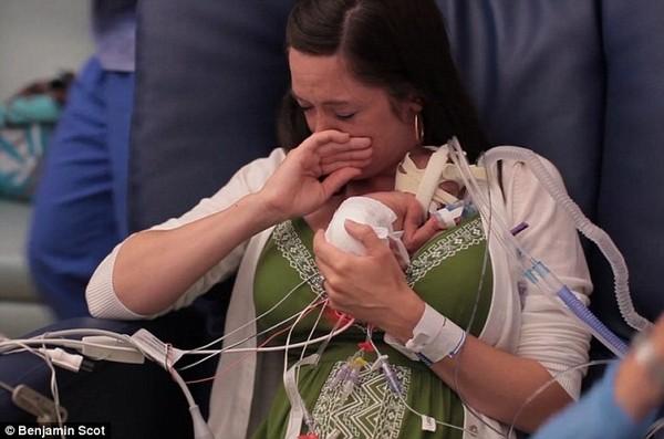 Clip xúc động của một người cha làm tặng con trai bị sinh non 3