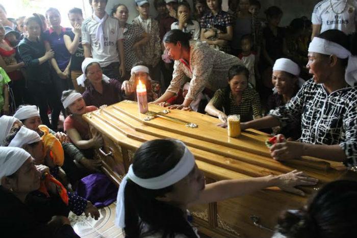 Xóm nghèo đau đớn đón thi thể vụ tai nạn thảm khốc tại Thái Lan 9