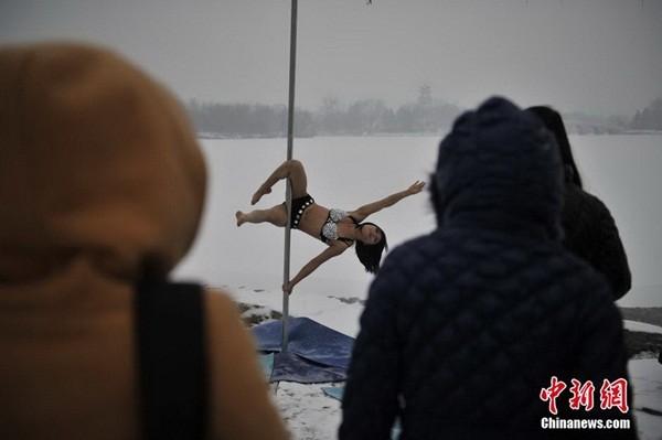 Ngắm thiếu nữ múa cột giữa băng tuyết 9