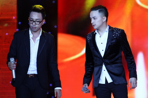Cao Thái Sơn khiến khán giả 'nổi da gà' khi chụm đầu ôm eo 'bạn trai' trên sân khấu 2