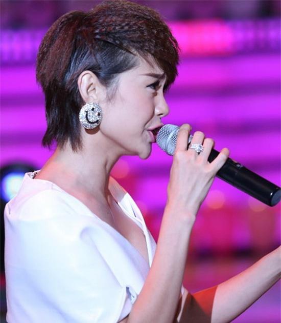 4 chiếc cằm nhọn hoắt gây ồn ào nhất showbiz Việt 10