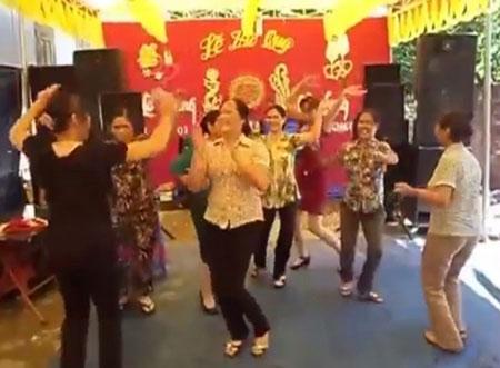 Gần chục chị em U50 nhảy nhạc sàn bốc lửa trong đám cưới quê 4