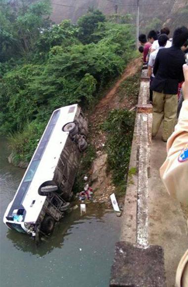 Xe khách chở 35 người lao xuống suối 1