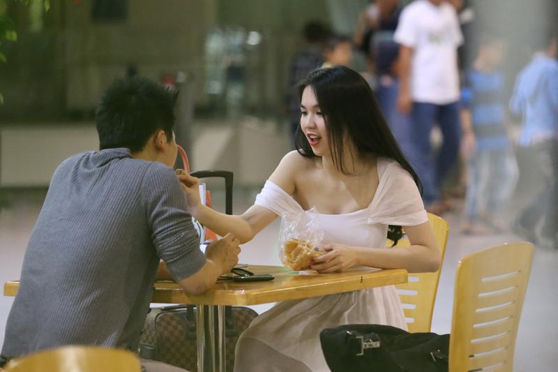 Ngọc Trinh âu yếm đút cho Vũ Khắc Tiệp ăn ở sân bay 17