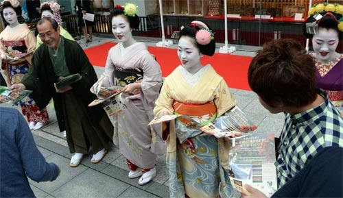 Ngắm các nữ sinh geisha Nhật xinh đẹp xuống phố 1