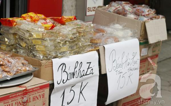 Bánh Trung hạ giá 2.000 đồng/chiếc, mua 10 tặng 1 8