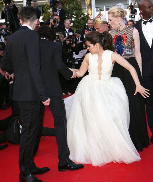 Nhà báo gây sốc khi chui vào váy ngôi sao 'Cô gái xấu xí' 6
