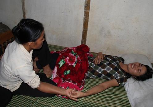 4 đứa trẻ chết gục trong tư thế quỳ 5