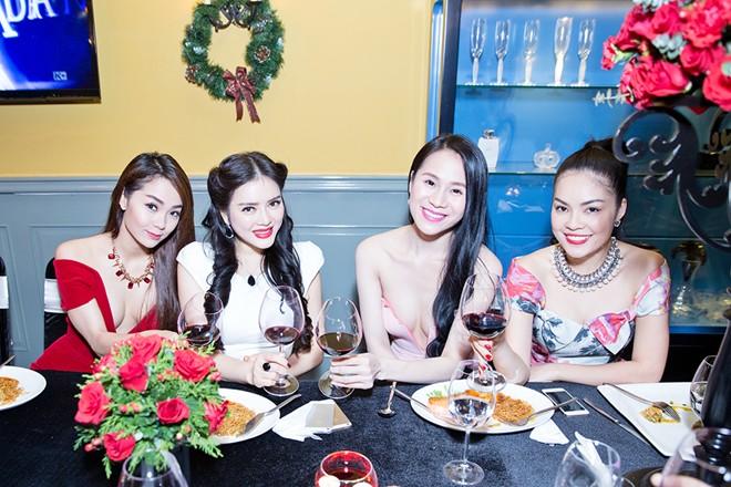 Minh Hằng váy hở táo bạo đi dự tiệc cuối năm của Lý Nhã Kỳ 14
