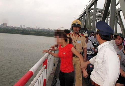 Thiếu nữ định nhảy cầu Mai Dịch vì không tìm được việc 1