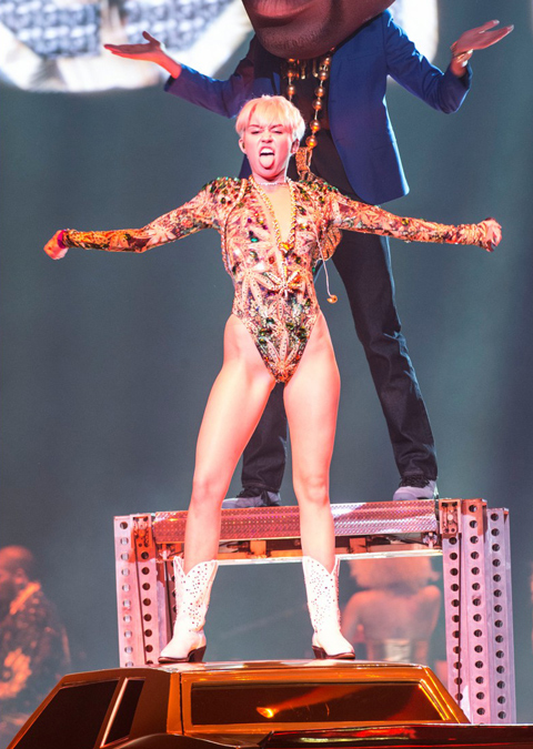 Miley Cyrus hở hang quá đà biểu diễn dung tục trong concert 6