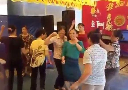 Gần chục chị em U50 nhảy nhạc sàn bốc lửa trong đám cưới quê 2