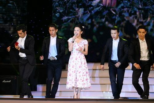 Cao Thái Sơn khiến khán giả 'nổi da gà' khi chụm đầu ôm eo 'bạn trai' trên sân khấu 12